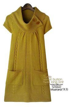Платье спицами горчичного цвета.