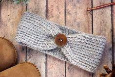 Free crochet headband pattern! Sizes include, newborn, 3-6 months (baby), 6-12…