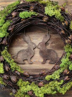 Ein Osterkranz sollte zum Osterfest an keiner Haustür fehlen. Hier gibt es einige wunderschöne Inspirationen für stilvollen Osterschmuck. #Dekoration