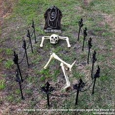 These outdoor Halloween decorations are guaranteed to cast a spooky spell over the whole neighborhood. Each easy Halloween decoration is made for your front door, porch, sidewalk, or yard and can weather the cold or rain. Halloween 2018, Couples Halloween, Halloween Outside, Theme Halloween, Halloween Design, Easy Halloween, Holidays Halloween, Funny Halloween, Halloween Makeup