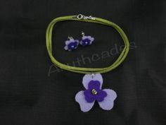 Conjunt flor d'arracades i collaret de feltre. Referència :FL-CON-026 Material : Feltre Pes : 2g