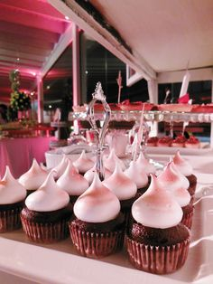Cupcakes de chocolate + merengue en la vintage table de Süss Pastelería