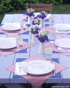 blue linen and red-and-white ticking napkins-dig those colors !