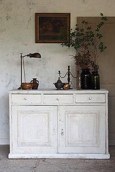 カウンター兼キャビネット-antique pine cabinet 収納力高く、高さ90cm強で丁度腰の下位、レジを置きガラスショーケースにお品物を飾り、両扉の蝶番を外せば仕切り板で能率良く食器等ディスプレイ出来る、勿論閉じてストックを仕舞う場所としても。広いエントランスを擁するお家には下駄箱とされ、天板にはその時々の植物を。