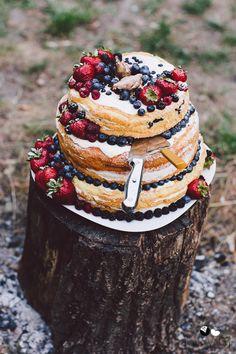Naked cake http://bajkowesluby.pl/2014/11/23/kurki/  #naked cake #bajkowesluby #wedding #weddingcake #rusticwedding #vintage #wood #weddingdetail #fresh #fruits #chicken #nature