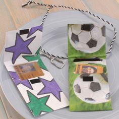 Für die Monatskarte für den Schulbus kann kann man diese coole Tasche aus Tyvek basteln. Jungen werden vom Fußball-Motiv begeistert sein!