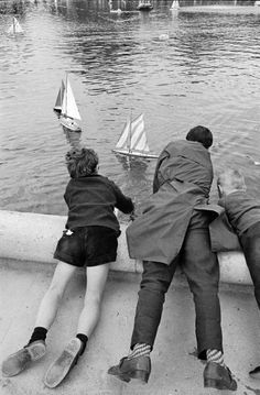 Alfred Eisenstaedt, Three French boys sailing boats in a man-made lake, Paris, June 1963.