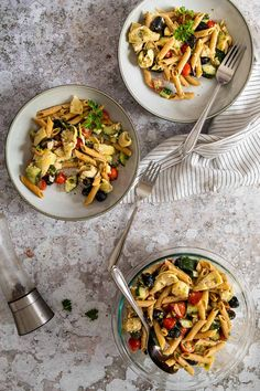 This Greek Style Pasta Salad is dressed with an oil free balsamic dressing. Filled with tomatoes, cucumbers, olives and artichokes this mediterranean pasta salad makes a great vegan BBQ Side or a quick vegan Lunch idea for work or school. Eas vegan pasta salad with artichoke hearts. Alternative to the vegan macaroni salad. #veganpastasalad #vegansalad #veganlunch #veganbbq Healthy Pasta Salad, Vegan Pasta, Healthy Pastas, Pasta Salad Recipes, Vegan Lunch Recipes, Vegan Lunches, Vegan Dinners, Artichoke Heart Recipes, Artichoke Hearts