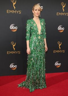 Retour Sur le Tapis Rouge des Emmy Awards 2016 Sarah Paulson Portant une tenue signée Prada.