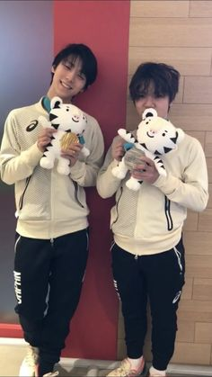 why are these two human (sorry one is a puppy) beings so cute Miyagi, Sendai, Yuzuru Hanyu, Skate Boy, Nathan Chen, Javier Fernandez, Japanese Figure Skater, Shoma Uno, Ice Skaters
