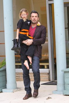 Ben Affleck So hot and a good dad.how perfect Jen Garner, Jennifer Garner, Ben And Jennifer, Karate Classes, Casey Affleck, Yummy Mummy, Matt Damon, Aikido, Taekwondo