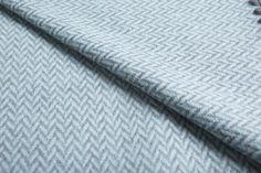 Manta para perros de lana de oveja merino australiana. En espiga, dos opciones de color: naranja y azul. Bordes rematados con un cosido marrón tipo vainica Towel, Color Naranja, Blankets, Dog Blanket, Grey Colors, Bed Covers, Fabrics, Sheep, Blanket