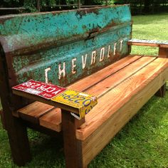 Upcycling -- transform an old truck tailgate, a few old license plates and some wood into a gorgeous outdoor bench Outdoor Projects, Home Projects, Outdoor Decor, Garden Projects, Apartment Projects, Outdoor Art, Tailgate Bench, Truck Tailgate, Palette Diy