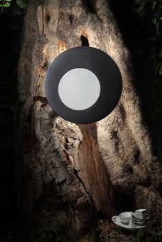 Moon - La lampada Moon e' una metafora. Un oggetto che si delinea come un'allegoria di un fenomeno e di un astro. La materialita' della ceramica mischiata con la tecnologia audio, due mondi apparentemente lontani ma che convivono e si influenzano a vicenda, generando un'eclissi in cui la luce sul retro completa l'esperienza. Una volta accesa, Moon sapra' conferire emozioni agli ambienti in cui è posta