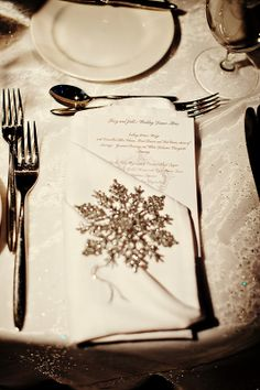 love this snowflake detail at each place setting! Also love the linen!