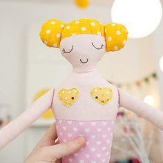 diebuntique-puppe-meerjungfrau-rosa-gelb-05 Cinderella, Hello Kitty, Disney Characters, Fictional Characters, Baby, Disney Princess, Fun, Pink, Young Women