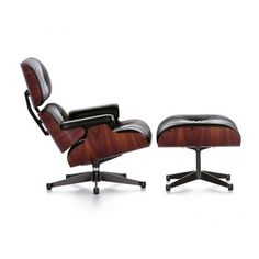 """VITRA LOUNGE CHAIR & OTTOMAN """"KLASSISCH""""  Seit 1956 verbindet der Lounge Chair ultimativen Sitzkomfort mit höchster Qualität in Material und Handwerk. In Kooperation mit dem Eames Office hat Vitra eine Version mit größeren Dimensionen für größer gewachsene Menschen entwickelt."""