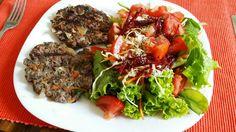 Hambúrguer caseiro e salada