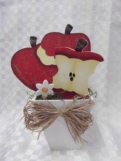 Peças em mdf. R$ 17,60 Apple Decorations, School Decorations, Apple Kitchen Decor, Kitchen Decor Themes, Cute Crafts, Diy Crafts, Wood Projects, Craft Projects, Wooden Shapes