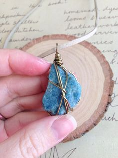 He encontrado este interesante anuncio de Etsy en https://www.etsy.com/es/listing/257067041/raw-blue-apatite-necklace-raw-stone