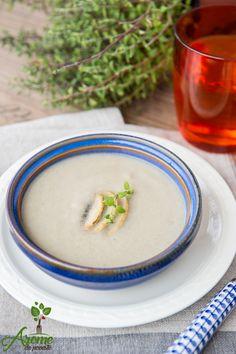 Supa crema de ciuperci cu aroma suava de cimbru este numai buna alaturi de cateva crutoane facute in casa.