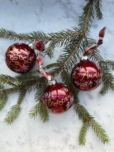 10 negozi artigianali Made in Italy per shopping e regali | Vita su Marte Winter Time, Christmas Bulbs, Holiday Decor, Mars, Christmas Light Bulbs