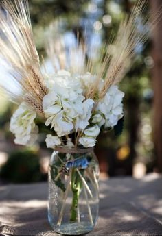 Wheat and flower table decoration.