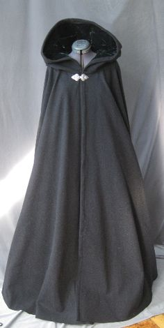 A cloak for winter outerwear. Pretty Outfits, Pretty Dresses, Cool Outfits, Old Fashion Dresses, Fashion Outfits, Old Dress, Medieval Clothing, Medieval Cloak, Fantasy Dress