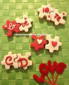 CHIARAmente...Torte!: Un biscotto a te, un biscotto a me: LOVE a San Valentino! Valentines Baking, Valentine Cookies, Valentines Day Gifts For Him, Rainbow Sugar Cookies, Iced Cookies, Macarons, Bake Sale, Clay Crafts, Cookie Decorating