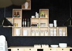 Pequenos armários de parede FÖRHÖJA em bétula maciça com pauzinhos, frascos de soja e tigelas