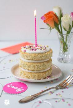 Rezept für ein schnelles, hübsches Geburtstagstörtchen, dass sich gut vorbereiten lässt. Törtchen zum Geburtstag mit Biskuit, Joghurtcreme, Konfitüre und kunterbunten Sprinkles.