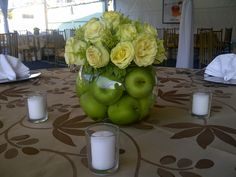 Apples and Light Green Roses Centerpiece.  Centro de Mesa con Manzanas y Rosas Verde Claro.  Rosh Hashana Ideas.