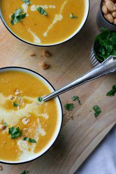 Vegan, im Handumdrehen fertig und vollgepackt mit exotischen Aromen, die Karotten-Erdnuss-Suppe mit Kokosmilch müsst ihr probieren - Kochkarussell.com