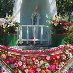 Het Madonna kapelletje bij mijn Italiaanse schoonmoeder  #italia #maria #peaceful #peace #crochetdesign #folclore #adindasworld #blijestola #uncinetto #uncinettocreazione #outdoorcrochet #blijestola #happycolors #bohemian #flowerpower #gehaakteomslagdoek #buonagiornata #haveabeautifulday • pikore.co