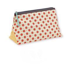 <p>Trousse de toilette Etoile en canvas sérigraphié avec un motif graphique et coloré dessiné par Mr&Mrs Clynk pour Atomic Soda, fermeture zippée et poche zippée à l'intérieur. Pour partir en week-end bien organisée! On aime cet imprimé frais et ce format de trousse qui se glisse facilement dans un sac !</p> <p> </p> <p><em><br /></em></p> <p><em><br /></em></...
