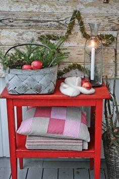 Ja for idag ble det julebord...er jo ikke så lenge siden det var høstbord...dette lille røde bordet som jeg er så glad i. Et skikkelig go...