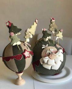 Palle babbi e pini - Art Christmas Gifts, Christmas Craft Projects, Christmas Love, Christmas Balls, Christmas Tree Decorations, Christmas Wreaths, Xmas, Christmas Ornaments, Holiday Decor