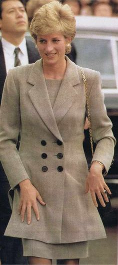 Princess Diana 1995...........HER FAVORITE RING..........SO WONDERFUL IT WAS GIVEN TO  WILLIAM'S PRINCESS KATE........KATE WEARS IT ALL THE TIME JUST AS DIANA HAD...................ccp