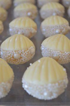 sea inspiration Cute Desserts, Delicious Desserts, Dessert Recipes, Cake Truffles, Cake Cookies, Christening Cupcakes, Chocolate Covered Treats, Birthday Chocolates, Chocolate Shells