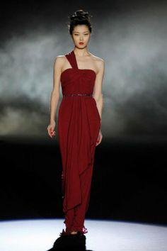 Vestido de fiesta largo en color rojo intenso con un tirante y cinturón en color negro - Foto Badgley Mischka