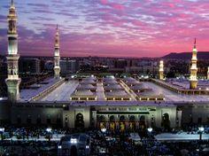 dit is mekka een heilig plaats waar mensen komen bidden en mmet allah praten dit kan je maar een keer in je leven gaan.