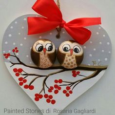 'vogelkaka' painted rocks birds on driftwood jl – ArtofitArts And Crafts creative ideas for stones painted in Christmas mood!Rock Painted Owls In Love Unique Paintings por RobertoRizzoArtFind out about Homemade Christmas Gifts Stone Crafts, Rock Crafts, Holiday Crafts, Crafts To Make, Arts And Crafts, Homemade Crafts, Thanksgiving Crafts, Diy Crafts, Christmas Rock