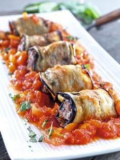 Rollitos de berenjena rellenos de carne.  No te pierdas esta original receta: http://www.mujeresreales.es/cocina/segundos/articulo/rollitos-de-berenjena-rellenos-de-carne-781457084371