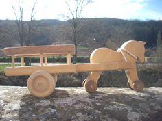 Jouet en bois:cheval attelé avec une jolie charrette en bois nobles