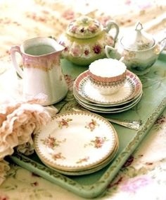 shabby love.. love the mismatch china pieces..all so pink and rosey.Very Pretty