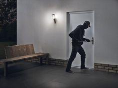 Mit der Dunkelheit kommen auch die Einbrecher - Hausbesitzer sollten an allen Eingängen auf wirksamen Einbruchschutz achten. Lesen Sie dazu den wichtigen Beitrag in den Verbraucher-Nachrichten beim Seniorenblog: http://der-seniorenblog.de/produkte-senioren/verbraucherinfos-sonderangebote/  Bild:  djd/Hörmann