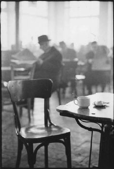 A cafe in Kalamata, Greece by Elliott Erwitt Elliot is using Depth of Field in this picture. Willy Ronis, Documentary Photographers, Great Photographers, Black White Photos, Black And White Photography, Monochrome Photography, Vintage Photography, Street Photography, Elliott Erwitt Photography