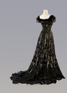 Evening Dress in silk tulle, fully embroidered with sequins, velvet jais and applications of silk. The dress belonged to the famous opera singer Lina Cavalieri. Italy, approx. 1906