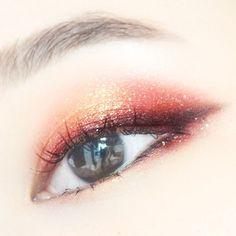 Korean eye-make up glittery pink/red
