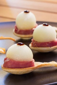 Perlas de melón con jamón - TinaCocina.com Great Appetizers, Appetizer Recipes, Chef Recipes, Cooking Recipes, Yummy Snacks, Yummy Food, Homemade Sauerkraut, Tapas Party, Food Decoration